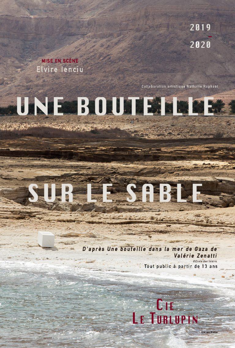 Carte postale Une bouteille sue le sable